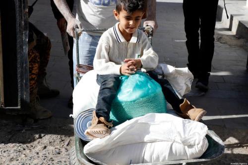 Os iemenitas recebem ajuda alimentar distribuída pelo Programa Mundial de Alimentos das Nações Unidas (PMA), em Sanaa, Iêmen, em 26 de janeiro de 2021. [Mohammed Hamoud/Agência Anadolu]