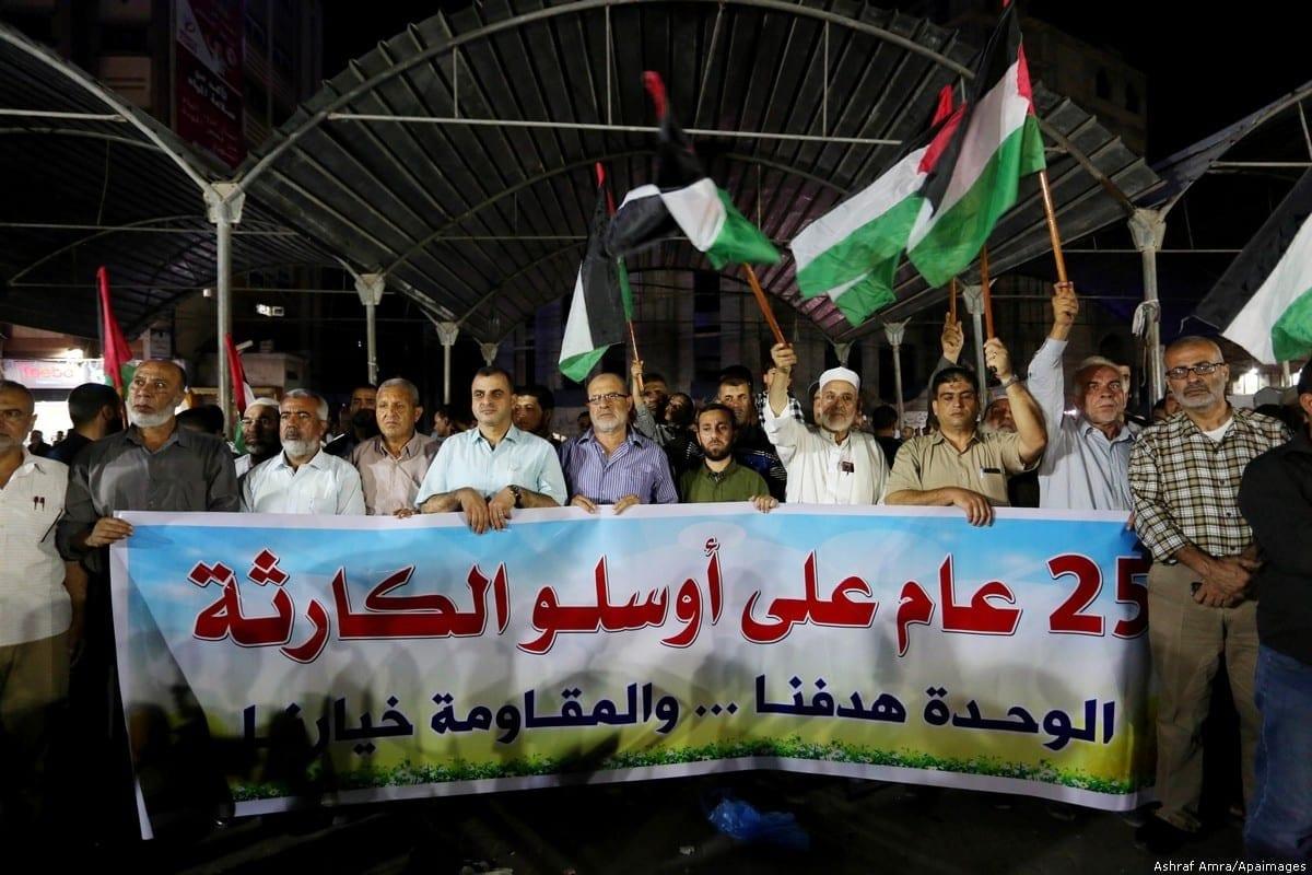 Palestinos protestam na ocasião do 25° aniversário dos Acordos de Oslo, em Gaza, 16 de setembro de 2018 [Ashraf Amra/Apaimages]