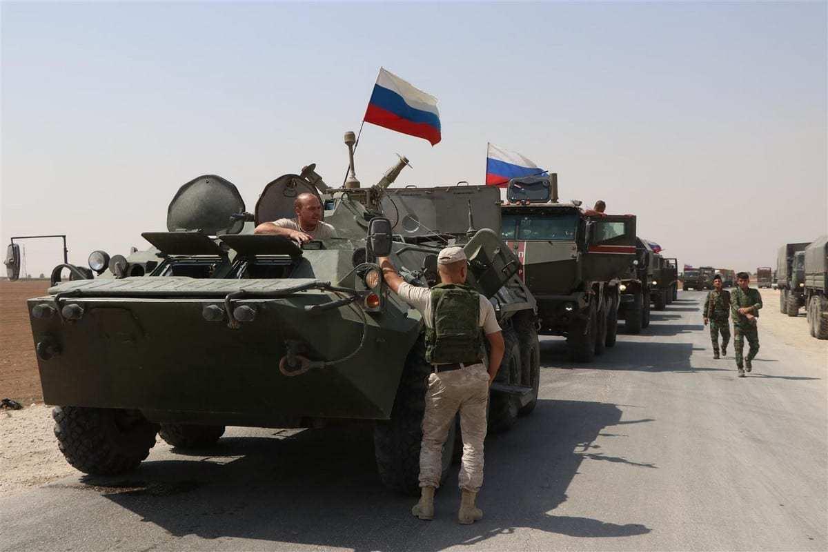 Veículos militares russos circulam nas estradas enquanto a Rússia faz um novo reforço militar e logístico de 30 veículos para seus pontos militares em Kamisli, que são ocupados pelo PKK e os curdos sírios do YPG. Em Kamisli, Síria em 14 de setembro de 2020. [Samer Uveyd/Agência Anadolu]