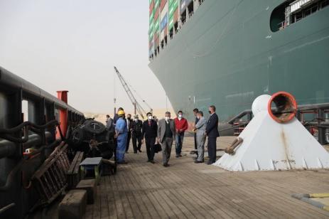 Equipes analisam as operações para desencalhar um enorme navio no Canal de Suez, Egito, 25 de março de 2021 [Centro de Mídia do Canal de Suez]