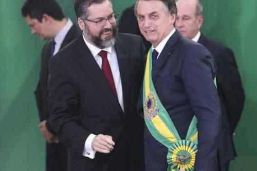 Ministro das Relações Exteriores, Ernesto Araújo, e o presidente Jair Bolsonaro [ Valter Caḿpanato/ Agência Brasil]