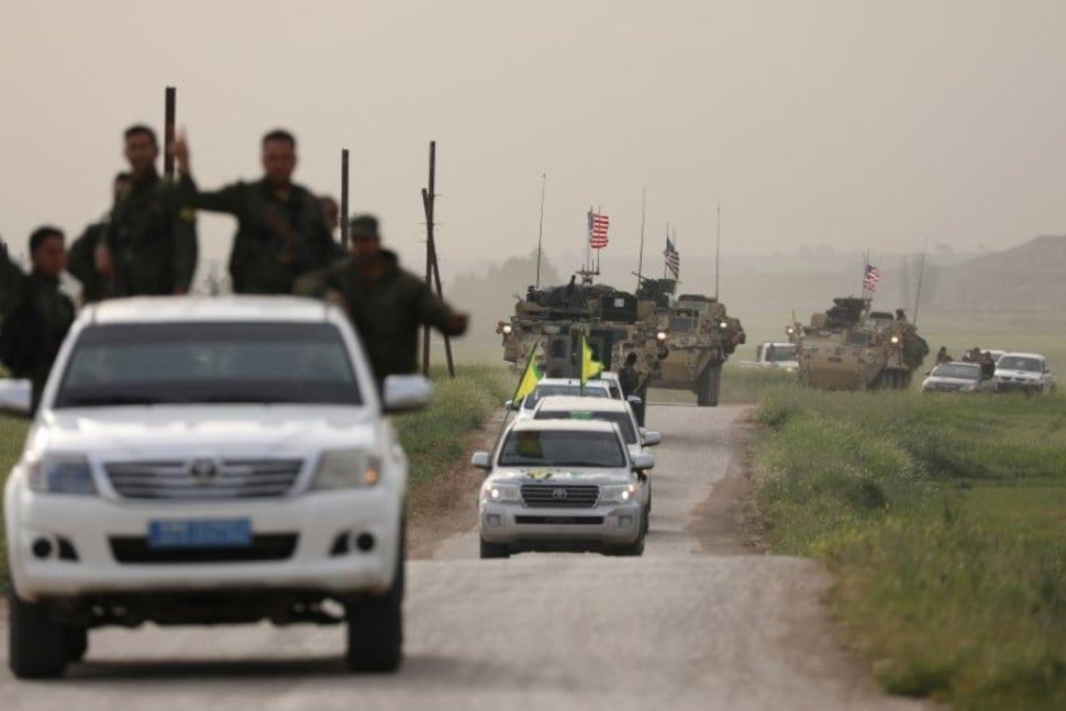 Combatentes curdos das Unidades de Proteção do Povo (YPG) comandam um comboio de veículos militares dos EUA na cidade de Darbasiya, próximo à fronteira com a Turquia, Síria, 28 de abril de 2017 [Rodi Said / Reuters]