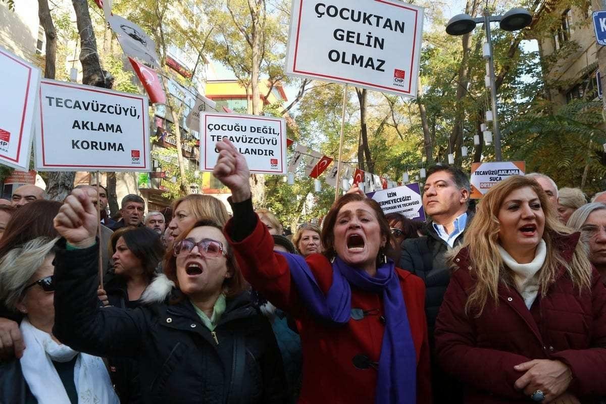 Mulheres turcas protestam contra um projeto de lei que prevê a anulação da pena a homens condenados por abuso sexual infantil, em caso de matrimônio com a vítima, em Ancara, Turquia, 19 de novembro de 2021 [Adem Altana/AFP/Images]