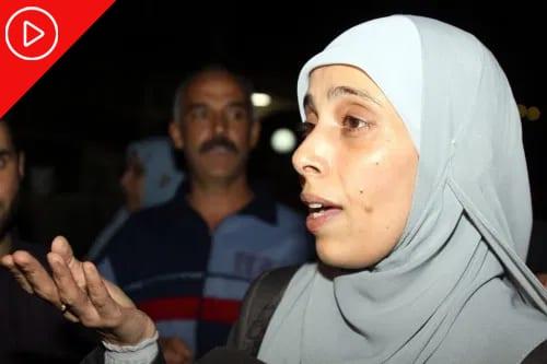 Prisioneira palestia Ahlam Al-Tamimi, em 18 de outubro de 2011. [Louai Beshara/AFP/Getty Images]