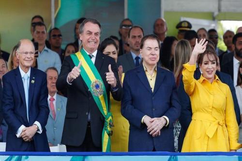 Presidente Jair Bolsonaro no palanque com Edir Macedo e Silvio Santos (Foto: Alan Santos/PR)