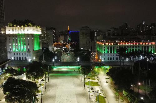 O município de São Paulo ilumina seus marcos mais proeminentes com verde para celebrar o mês sagrado do Ramadã e em homenagem à comunidade árabe [Hassan Massoud]