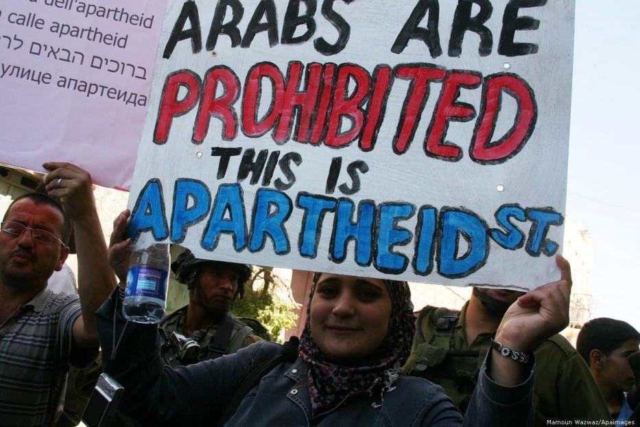 Palestinos protestam contra o apartheid israelense na cidade de Hebron (Al Khalil), na Cisjordânia ocupada, 14 de setembro de 2012 [Mamoun Wazwaz/Apaimages]
