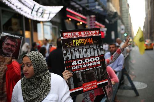 Cartaz denuncia '40 mil detidos sem acusação, crianças, meninas e jovens' durante protesto no quarto aniversário do massacre da praça de Rabaa, em Nova York, Estados Unidos, 13 de agosto de 2017 [Mohammed Elshamy/Agência Anadolu]