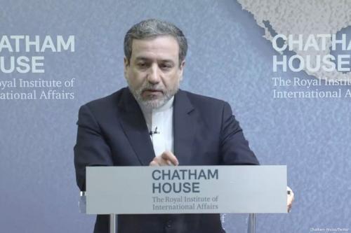 O vice-ministro das Relações Exteriores iraniano para Assuntos Políticos Seyyed Abbas Araghchi na Chatham House em Londres, Reino Unido, 28 de fevereiro de 2018 [Chatham House / Twitter]
