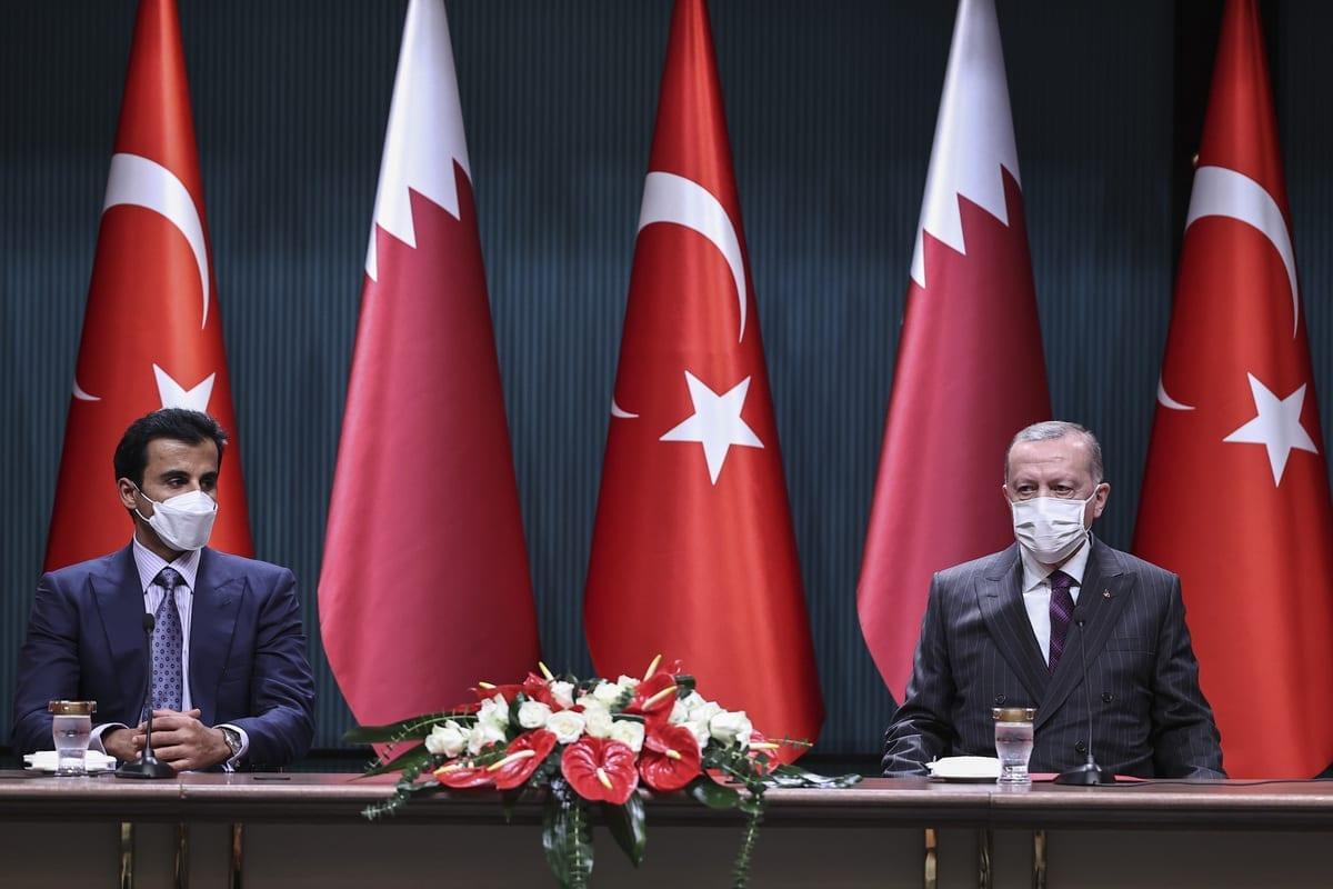 Presidente da Turquia, Recep Tayyip Erdogan (dir.), e emir do Catar sheikh Tamim bin Hamad al-Thani (esq.) em Ancara, Turquia, em 26 de novembro de 2020 [Emin Sansar/Agência Anadolu]