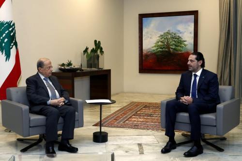 O primeiro-ministro designado do Líbano, Saad al-Hariri (dir.), e o presidente libanês, Michel Aoun (esq.), são vistos durante uma reunião quando Al-Hariri apresentou ao presidente uma formação de 18 membros do gabinete no Palácio Presidencial Baabda em Beirute, Líbano, em 9 de dezembro de 2020. [Presidência libanesa/Agência Anadolu]