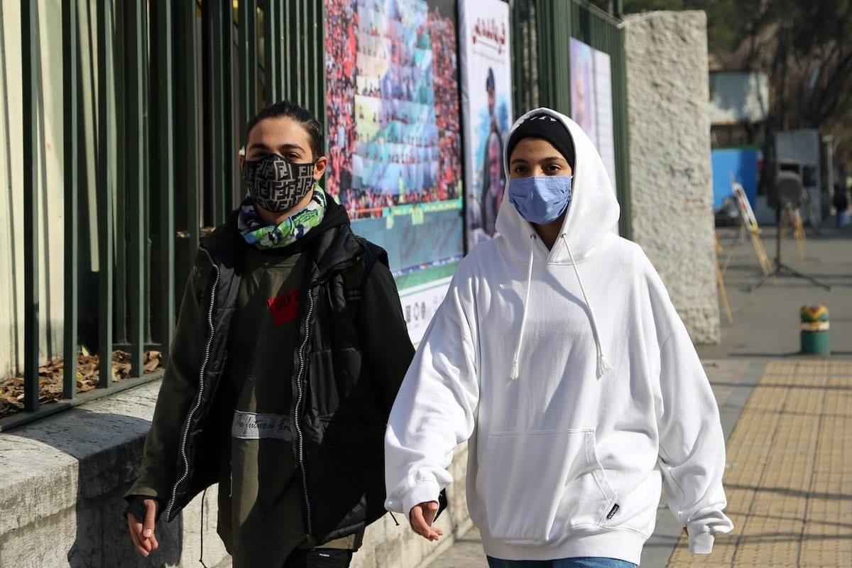 As pessoas usam máscaras faciais como medida preventiva contra o coronavírus, pois a vida diária continua no país em meio à pandemia de covid-19 no Irã, em 29 de dezembro de 2020, em Teerã, Irã. [Fatemeh Bahrami/Agência Anadolu]