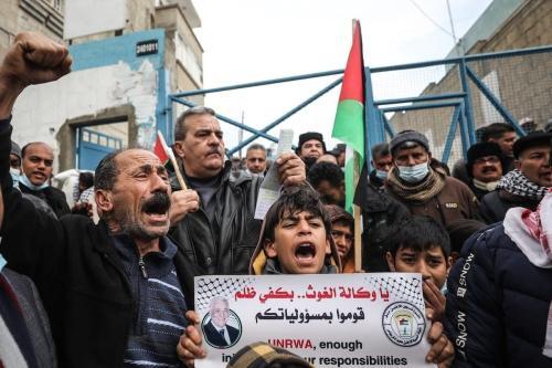 Palestinos protestam em frente ao prédio da agência das Nações Unidas de Assistência e Trabalho (UNRWA) contra a redução da ajuda alimentar pela UNRWA. Em Khan Yunis, Gaza em 23 de fevereiro de 2021. [Mustafa Hassona/Agência Anadolu]