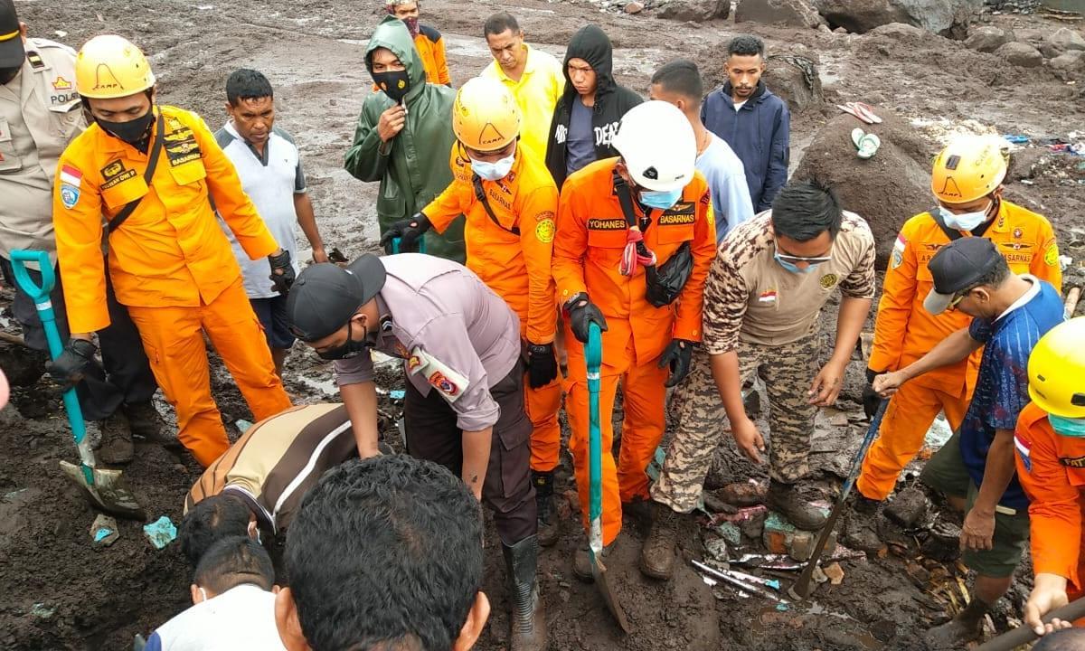 Enchentes repentinas matam mais de 80 pessoas na Indonésia