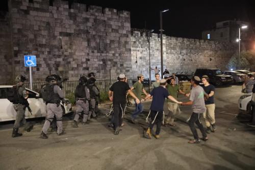 Forças israelenses intervêm contra jovens muçulmanos palestinos, que se reuniram após realizar a oração de Tarawih, Portão de Damasco, em Jerusalém Oriental, em 18 de abril de 2021 [Mostafa Alkharouf/Agência Anadolu]