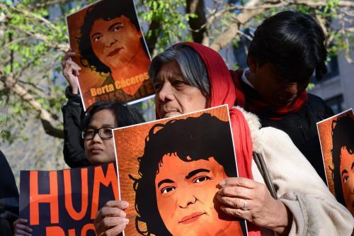 Vigília em homenagem à Berta Cáceres, ambientalista assassinada em Honduras, em frente à Organização dos Estados Americanos, Washington, EUA, em 5 de abril de 2016 [Daniel Cima/CIDH]