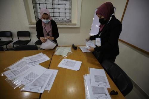 1.389 candidatos concorrem em 36 listas nas eleições na Palestina [Mohammed Asad/Monitor do Oriente Médio]
