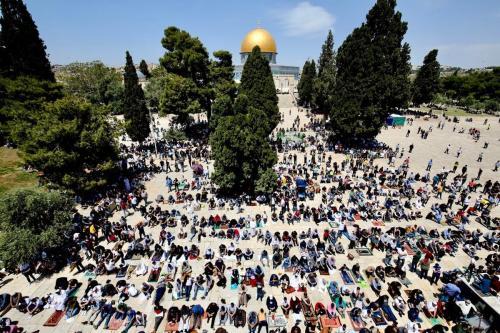 Sheikh Muhammad Hussein (à esquerda), grão-mufti de Jerusalém, e Ikrima Sabri (terceiro à direita), imã da Mesquita de Al-Aqsa, durante um protesto na cidade ocupada de Jerusalém, 18 de julho de 2017 [Mostafa Alkharouf/Agência Anadolu]