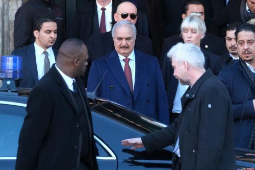 O general líbio Khalifa Haftar (centro) entra em uma limusine ao sair do Hotel de Rome, em 21 de janeiro de 2020, em Berlim, Alemanha [Sean Gallup/Getty Images]