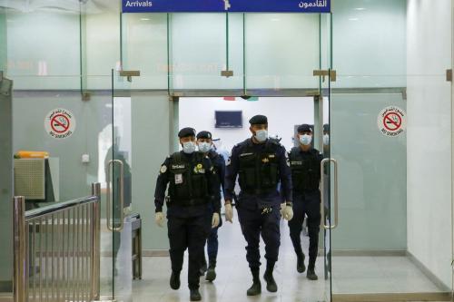 Policiais kuwaitianos no aeroporto Sheikh Saad, na cidade do Kuwait, em 22 de fevereiro de 2020 [YASSER AL-ZAYYAT/AFP via Getty Images]