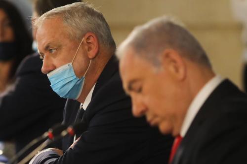 Primeiro-Ministro de Israel Benjamin Netanyahu e premiê alternativo e Ministro da Defesa Benny Gantz participam da reunião semanal do gabinete, em Jerusalém, 7 de junho de 2020 [Menahem Kahana/AFP via Getty Images]