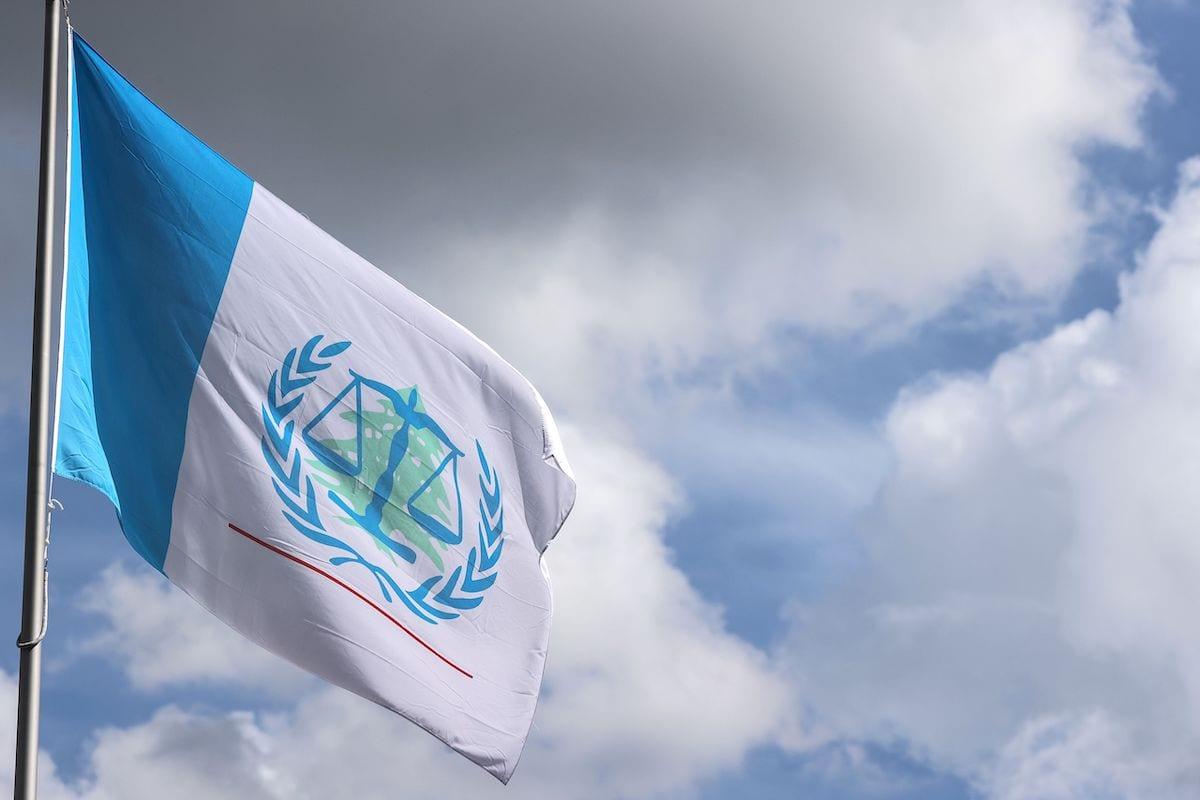 Bandeira do Tribunal Especial para o Líbano apoiado pela ONU flutuando sobre o prédio a instituição julgadora do assassinato de 2005 do ex-premier libanês Rafiq Hariri. Foto tirada em 18 de agosto de 2020 [Kenzo Trivouillard/ AFP via Getty Images]