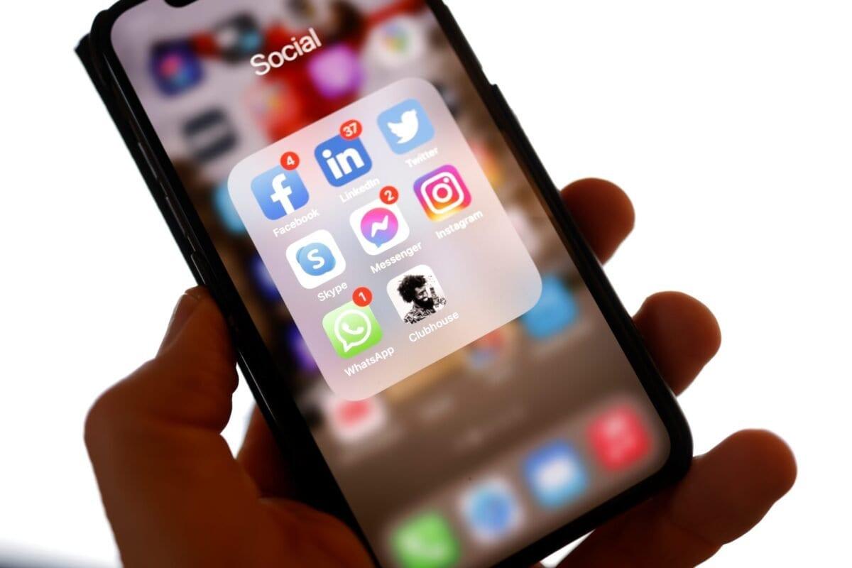 Clubhouse entre os aplicativos na tela de um smartphone. Em 25 de janeiro de 2021 [Odd Andersen/ AFP via Getty Images]