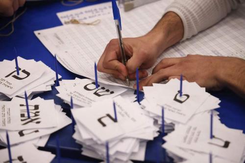 Trabalhadores eleitorais contam cédulas nas eleições gerais de Israel em Jerusalém em 25 de março de 2021. [Emmanuel Dunand/ AFP via Getty Images]