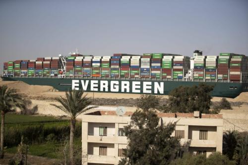 O navio de contêiner 'Ever Given' é reflutuado, desbloqueando o Canal de Suez, em 29 de março de 2021, em Suez, Egito. [Mahmoud Khaled/Getty Images]