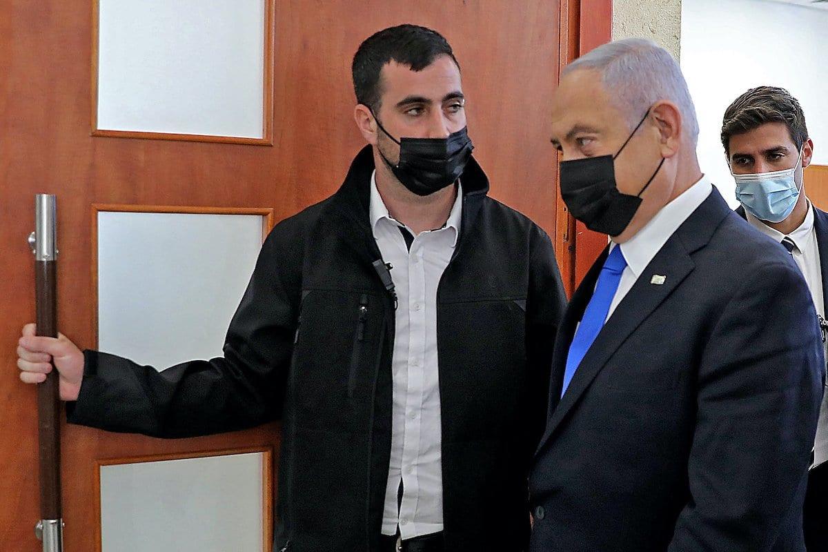 Primeiro-Ministro de Israel Benjamin Netanyahu deixa tribunal durante seu julgamento por corrupção, em Jerusalém, 5 de abril de 2021 [Abir Sultan/AFP via Getty Images]