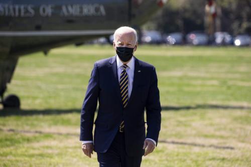 O presidente dos EUA, Joe Biden, na elipse perto da Casa Branca em Washington, DC, EUA, em 5 de abril de 2021. [Michael Reynolds/EPA/Bloomberg via Getty Images]