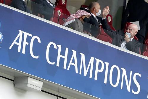 O presidente da Confederação Asiática de Futebol, Salman bin Ibrahim Al Khalifa, e o presidente da FIFA, Gianni Infantino, nas arquibancadas durante a final da Liga dos Campeões da AFC entre Persepolis e Ulsan Hyundai no Estádio Al Janoub em 19 de dezembro de 2020 em Al Wakrah, Qatar. [Mohamed Farag / Getty Images]