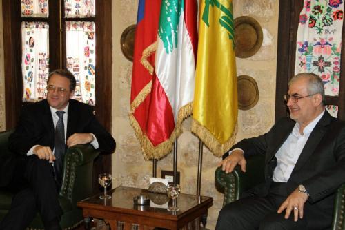 Mikhail Bogdanov (à esquerda), enviado especial da Rússia e ministro-adjunto de Relações Exteriores, reúne-se com Mohammad Raad, parlamentar do Hezbollah, em Beirute, Líbano, 26 de abril de 2013 [Mousa Housseini/AFP via Getty Images]