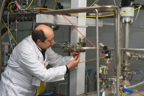 Inspetor da Agência Internacional de Energia Atômica (AIEA) examina aparelhos para produção de urânio em 20%, no centro de pesquisa nuclear de Natanz, cerca de 300 km ao sul de Teerã, capital do Irã, em 20 de janeiro de 2014 [Kazem Ghane/IRNA/AFP via Getty Images]