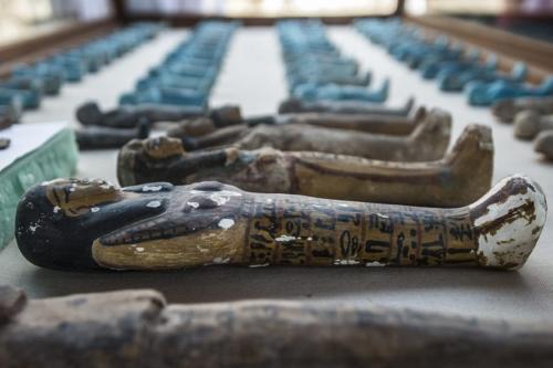 Uma pequena estátua funerária esculpida em madeira, argila e calcário recuperada no local de uma tumba antiga recém-descoberta em Luxor, Egito, em 9 de setembro de 2017. [Khaled Desouki/AFP/Getty]