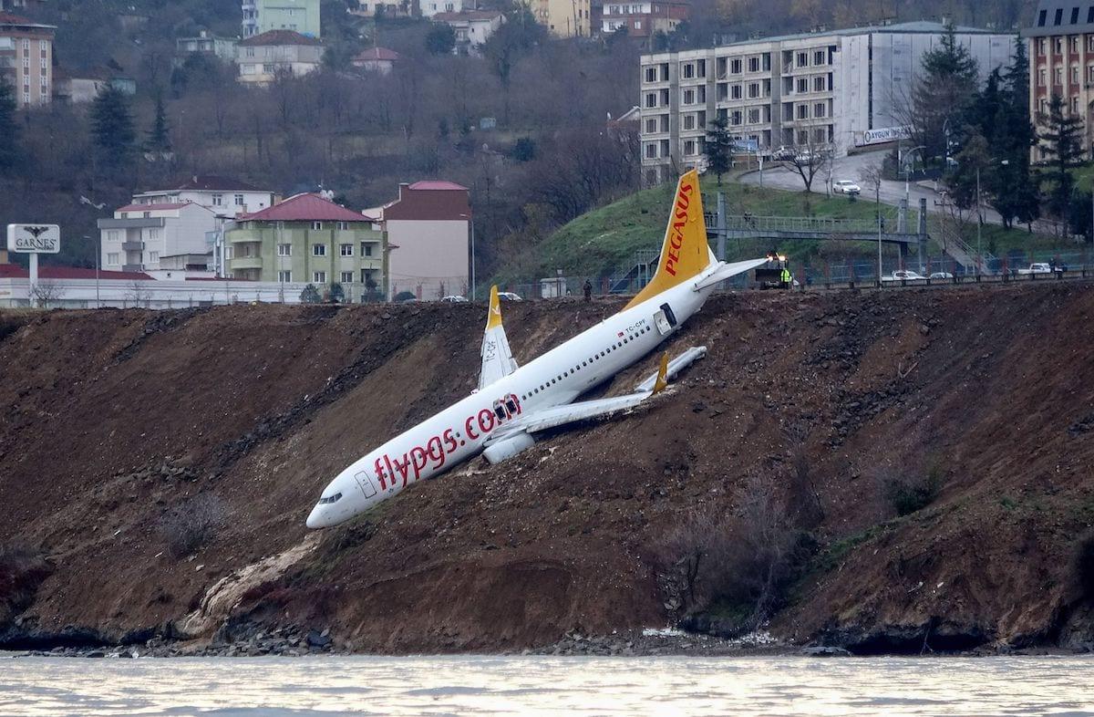 Um avião de passageiros Boeing 737 da Pegasus Airlines é visto caído na lama em uma aterrissagem, um dia depois de ter derrapado da pista em aterrisagem no aeroporto de Trabzon, na costa do Mar Negro, em 14 de janeiro de 2018. [AFP via Getty Images]