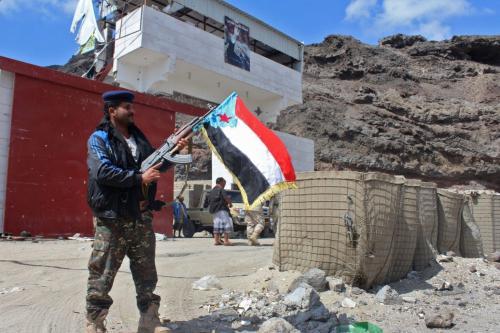 Combatentes do Conselho de Transição do Sul separatista assumem o controle de um posto de controle pró-governo em Khormaksar, ao norte de Aden, em 30 de janeiro de 2018 [Saleh Al-Obeidi/ AFP via Getty Images]