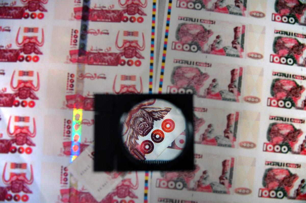 Cédulas de dinar argelino [Philippe Merle/AFP via Getty Images]