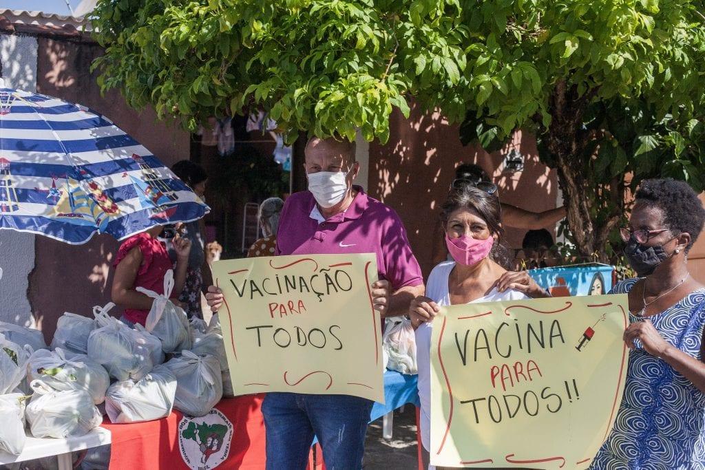 Ação Solidária do MST e protesto por vacina em Serrana – SP. [: Filipe Augusto Peres/MST]