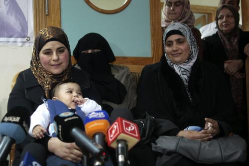 Dallal Ziben, de 32 anos, com seu bebê Muhannad, durante coletiva de imprensa para anunciar o êxito de operações de inseminação artificial após contrabandear amostras de esperma de quatro prisioneiros palestinos, na cidade de Nablus, Cisjordânia ocupada, 6 de fevereiro de 2013 [Nedal Eshtayah/Apaimages]
