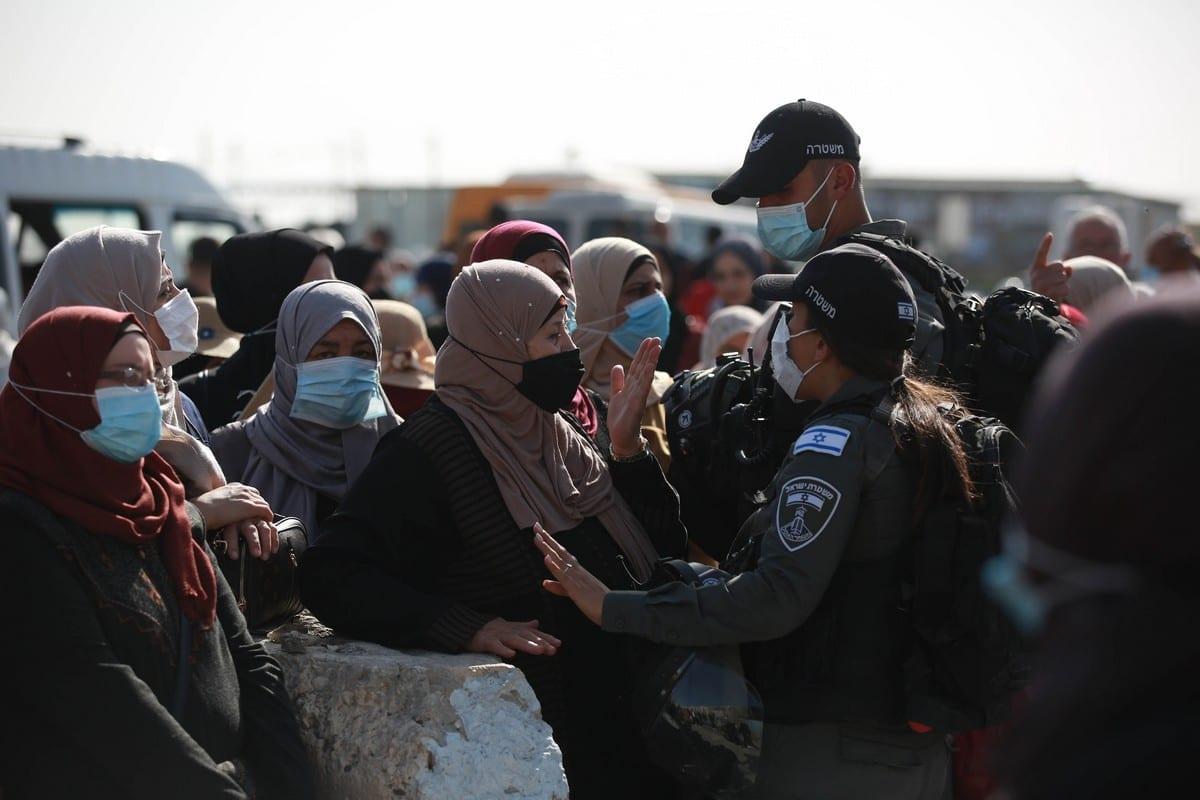Forças israelenses no posto de controle de Qalandiya impedem a passagem de fiéis que desejam participar da primeira oração de sexta-feira do Ramadã na Mesquita de Al-Aqsa, em Jerusalém ocupada, 16 de abril de 2021 [Issam Rimawi/Agência Anadolu]