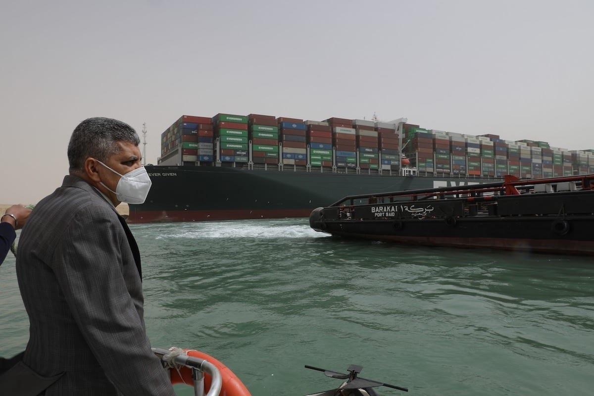 Almirante Osama Rabie, presidente e diretor administrativo da Autoridade do Canal de Suez que verifica as Obras de Flutuação da Embarcação de Aterramento no Canal de Suez, em 25 de março de 2021. [Centro de Mídia do Canal de Suez]