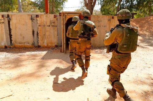 Soldados israelenses vistos durante um exercício de combate, em uma base do exército israelense em Tel Aviv, em 20 de agosto de 2019 [JACK GUEZ/AFP/Getty Images]