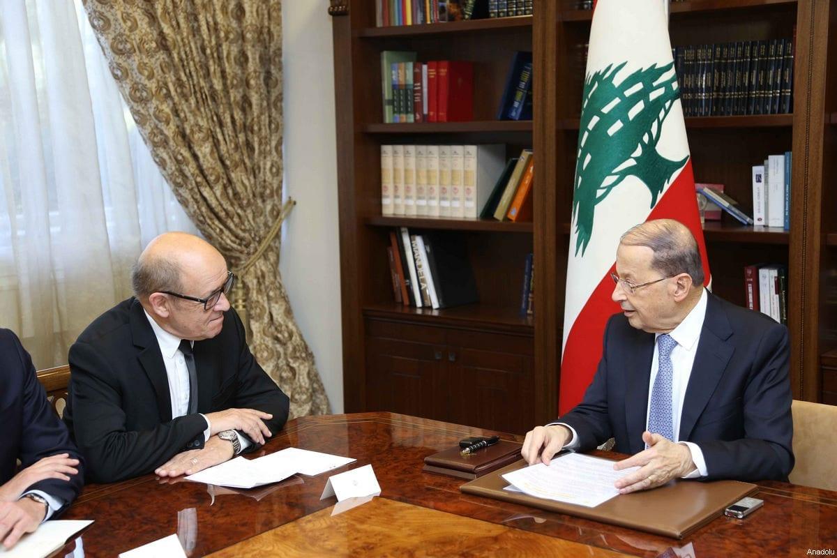 O residente do Líbano, Michel Aoun (dir.), recebe o ministro das Relações Exteriores francês, Jean-Yves Le Drian (esq.), em Beirute, Líbano em 6 de março de 2017 [Folheto/Presidência Libanesa/Agência Anadolu]