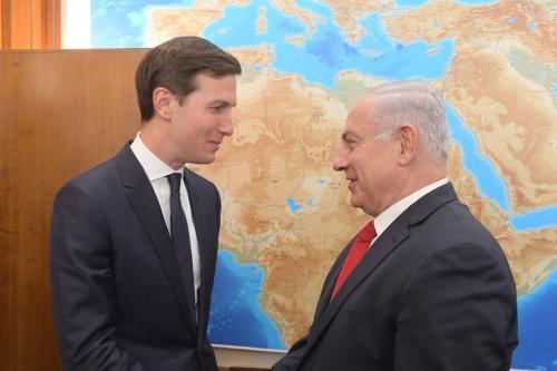 Primeiro Ministro de Israel Benjamin Netanyahu (à direita) e Jared Kushner (à esquerda), genro e assessor do então Presidente dos Estados Unidos Donald Trump, em Jerusalém, 21 de junho de 2017 [Amos Ben Gershom/Anadolu Agency]