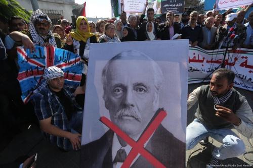 Palestinos protestam no centenário da Declaração Balfour, promessa do então chanceler britânico em criar um estado exclusivamente judaico na Palestina ocupada, em 2 de novembro de 2017 [Mohammed Asad/Monitor do Oriente Médio]