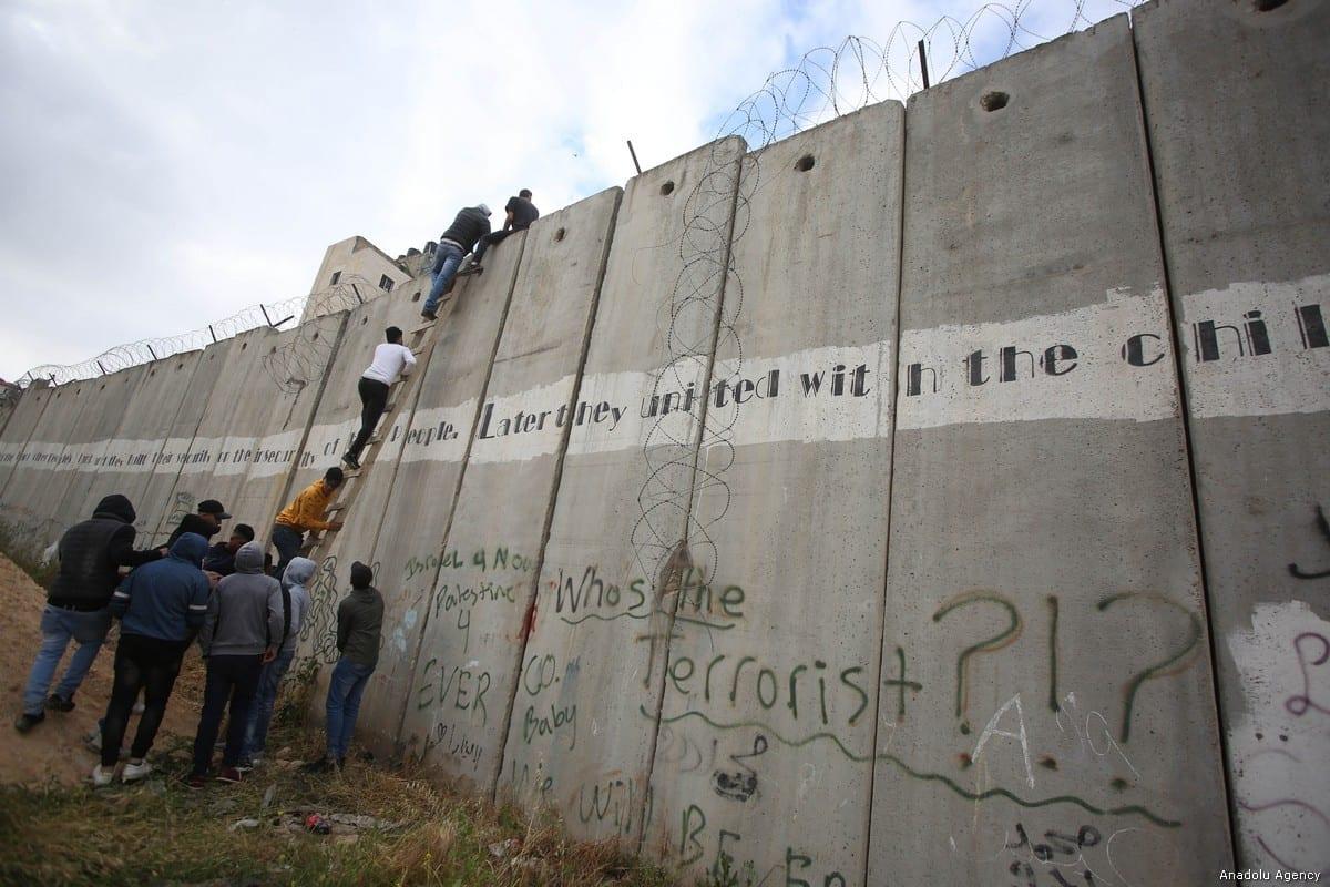 Palestinos tentam cruzar o muro de separação em 20 de maio de 2019 [ Issam Rimawi / Agência Anadolu]