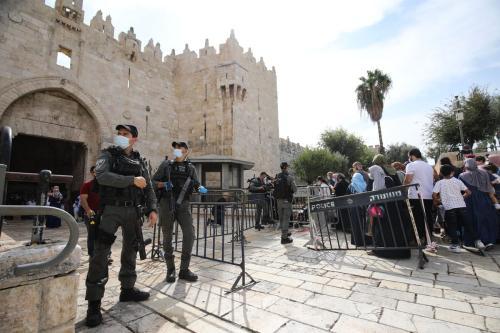 Palestinos fazem fila em frente ao portão do distrito da Cidade Velha para entrar em Masjid Al-Aqsa e participar dos eventos de Mawlid al-Nabi, o aniversário de nascimento do amado profeta Mohammad muçulmano em Jerusalém, em 29 de outubro de 2020 [Mostafa Alkharouf/Agência Anadolu]