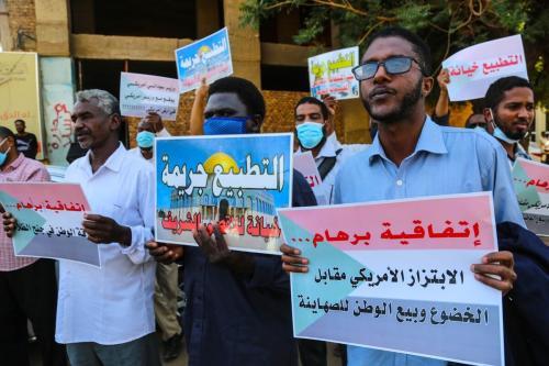 Povo sudanês se manifesta contra a recente assinatura de seu país de um acordo para normalizar as relações com Israel, em frente aos escritórios do gabinete na capital Cartum, Sudão, em 17 de janeiro de 2021 [Mahmoud Hjaj/Agência Anadolu]