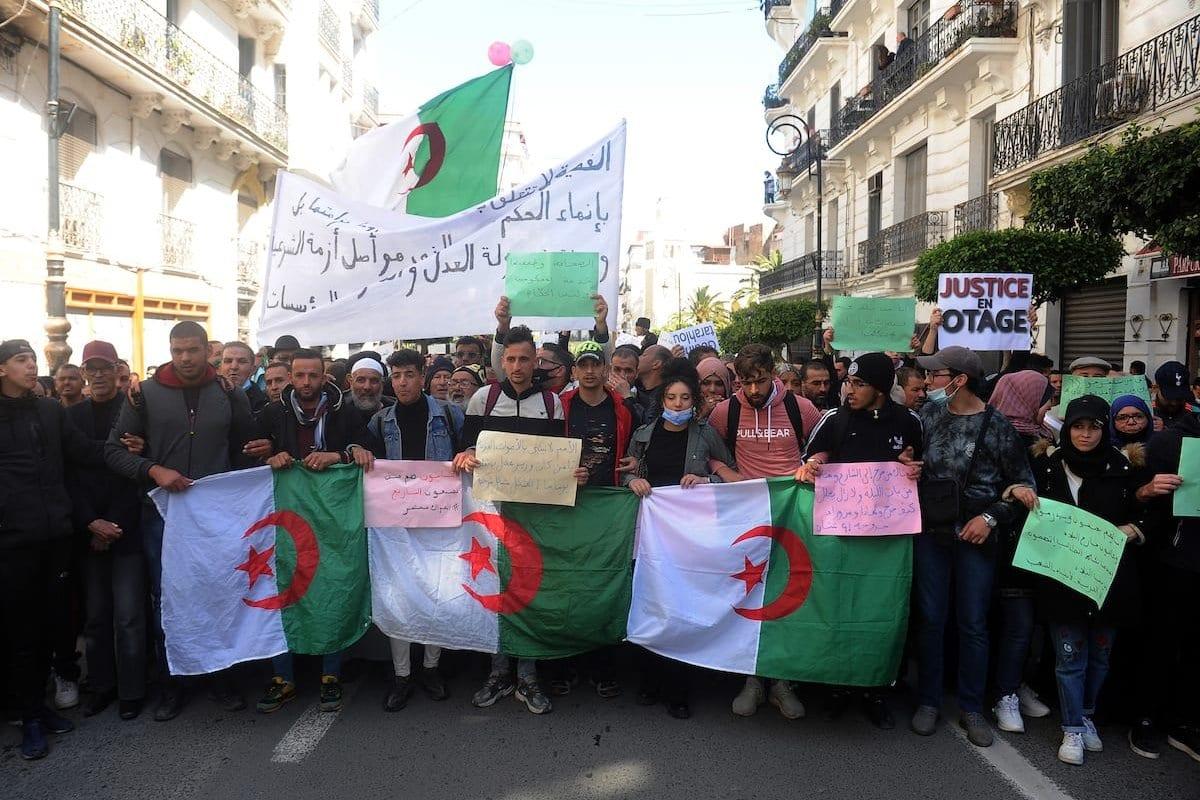 Estudantes argelinos protestam contra as eleições parlamentares marcadas para 12 de junho em Argel, Argélia, em 23 de março de 2021 [Mousaab Rouibi/Agência Anadolu]